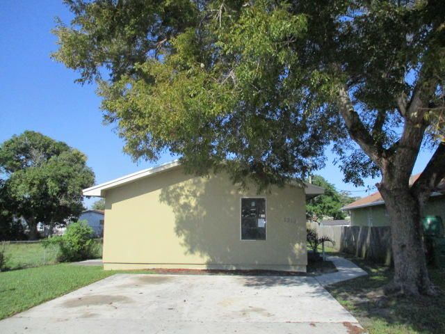 1316 W 32nd Street, Riviera Beach, FL 33404