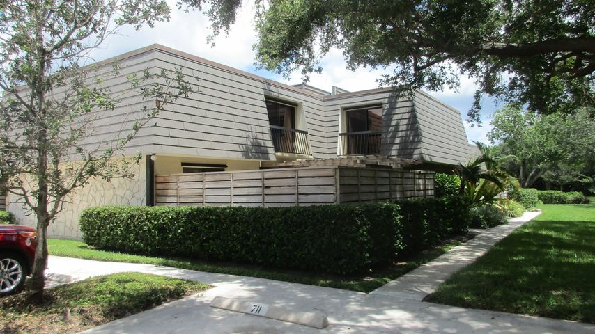 Beautiful 3/2.5 Glenwood TH, remodeled late 2018. Canal View. A pleasure to show. must have 24 hours notice NO Exceptions.