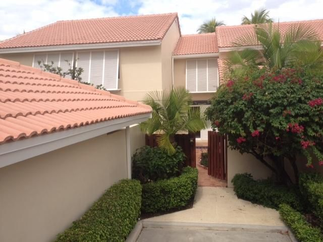3 BR/ 3 BA townhouse with private 1 car garage, patio and screened in porch.  Located in gated community of PGA National.