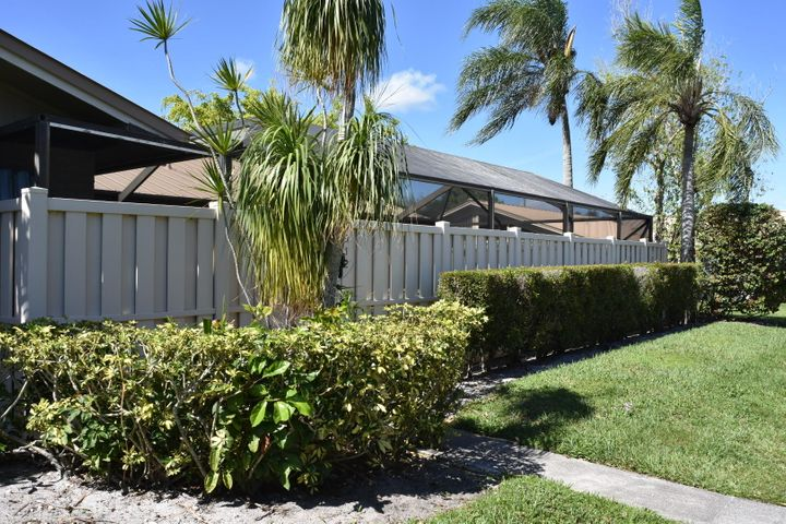 3br/2ba rental in the heart of PBG. Great property in a great location. Spacious floor plan with large screened patio. MUST SEE!!