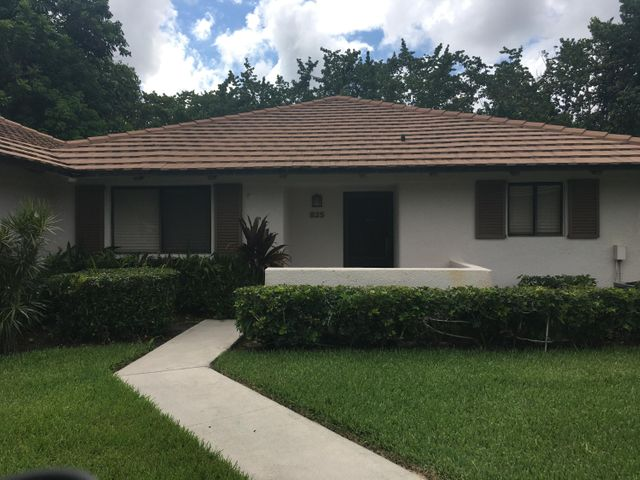 Adorable villa available for OFF SEASON!!! Located in PGA National in the heart of Palm Beach Gardens this corner unit will not disappoint. Fully furnshed and equipped for a comfortable stay and relaxed get away. Available immediately!!!