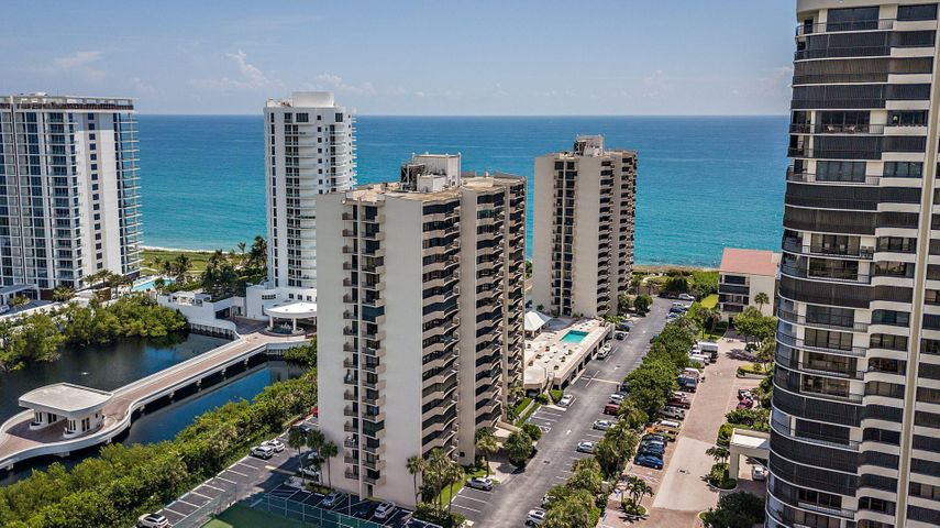 Updated 2 Bedroom / 2 Bath Singer Island Condo. In the heart of Singer Island with beach access , listen to the relaxing Ocean every day. The Pool is easily accessible from this unit. There are many amenities such as Heated Pool, Gym , Sauna, Tennis Courts and on site Management and staff. Service animals allowed.