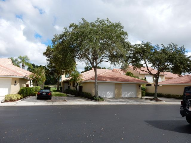 IMMACULATE ONE STORY 2/2 W/GARAGE ON GOLF COURSE W/GOLF MEMBERSHIP. TILE THROUGHOUT, UPDATED CONDITION.