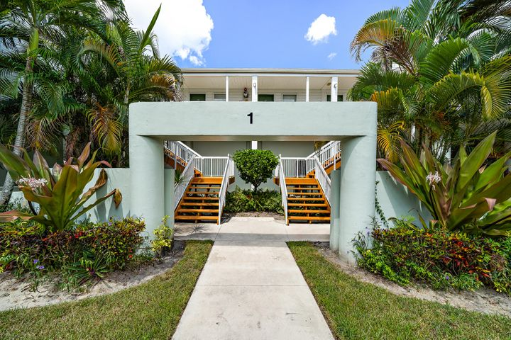 Fantastic rental in the heart of PBG - Cypress Point at PGA National. Beautiful lakes view from this 2/2 condo. Available immediately.