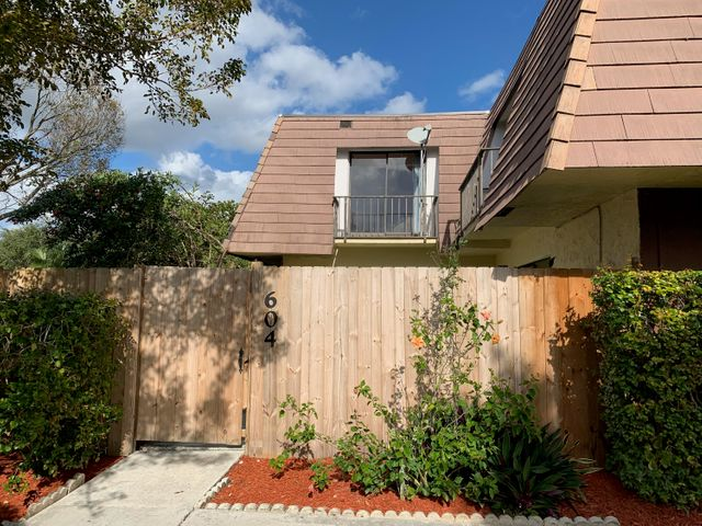 Nice Townhome in the heart of Palm Beach Gardens. Restaurants, Hospitals, Night life, Gardens Mall, major Highways and much more!!!!!!!