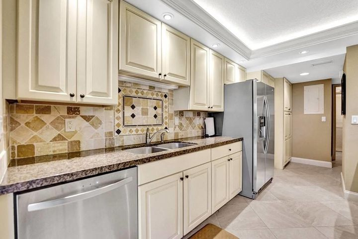 All the Finest in this beautifully upgraded 3 bedroom 3 full bath w/ garage townhome in PGA National, home of the Honda Classic. Steps to the PGA National Resort & Spa. Convenient to beautiful beaches, world class shopping and dining, Palm Beach International airport, Turnpike and I-95.