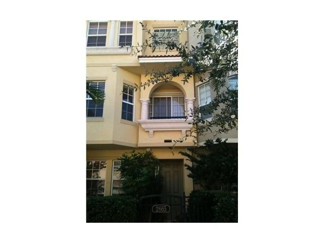 Lovely townhome in Palm Beach Gardens. Close access to Gardens Mall, restaurants, turnpike.