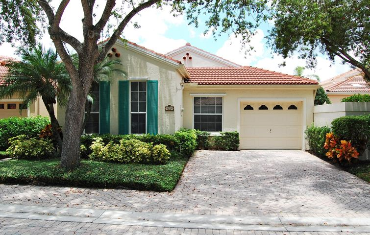 CHARMING ONE LEVEL 3BR/2BA WITH 1 CAR GARAGE & PRIVATE COURTYARD. FULLY FURNISHED TURNKEY (ONLY). NICE  Community Pool !