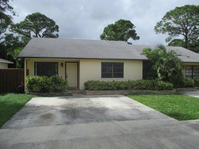 2 bedroom, 1.5 bath villa in Palm Beach Gardens.  Tile flooring throughout.  Large fenced in back yard.  Seller is installing fence to divide backyard between 9077 and 9079.