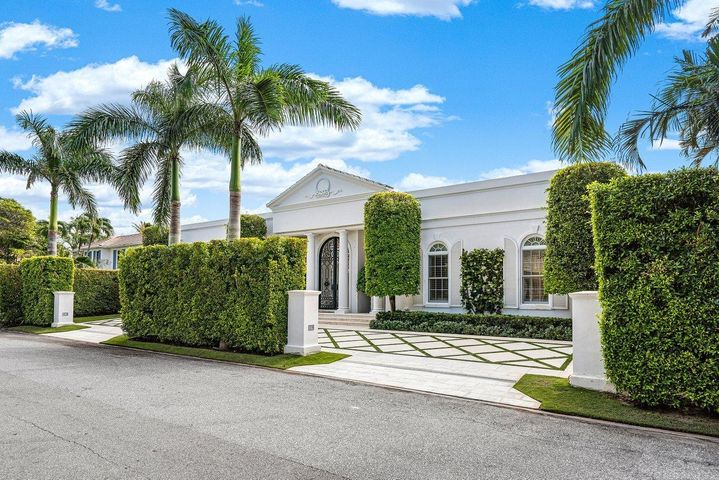 Totally renovated 6BR/7.2BA with extraordinary proportions throughout and amazing pool/patio.  Perfect for indoor/outdoor living, it boasts the highest level finishes.   This is one of the most meticulous renovations with attention to every detail.  Luxury at its finest.