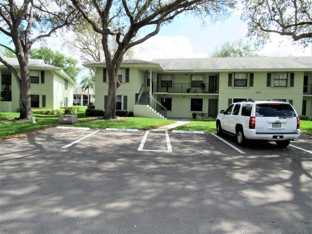 LARGE 2 BEDROOM PLUS DEN IN PALM BEACH GARDENS! TITLE FLOORS, LAKE VIEWS AND FULL SIZE WASHER AND DRYER IN THE UNIT. CLOSE TO DOWNTOWN AT THE GARDENS AND 95. MUST SEE!