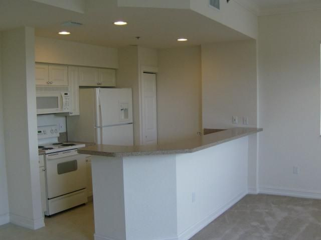 Spacious, NON-SMOKING apartment with volume ceilings, crown molding, walk-in closet, washer/dryer.  Great location between I-95 and Florida's Turnpike.  Walk to dining and shopping.