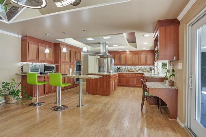 Kitchen with Breakfast Bar casual dining