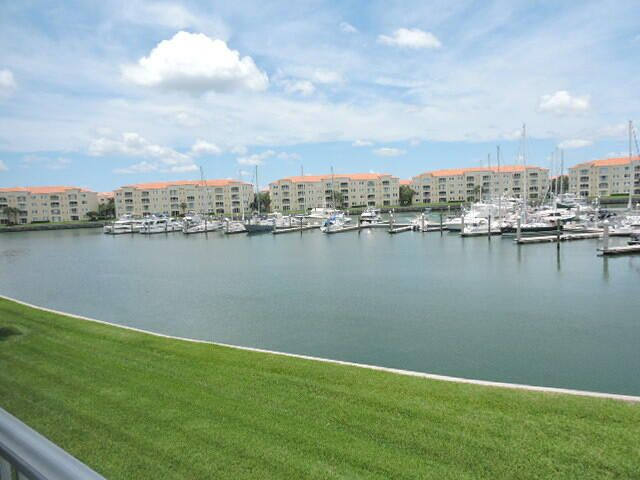 10 Harbour Isle Drive E, 206, Fort Pierce, FL 34949