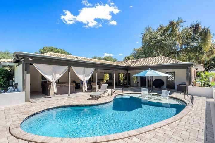 2264 Holly Lane, Palm Beach Gardens, FL 33410