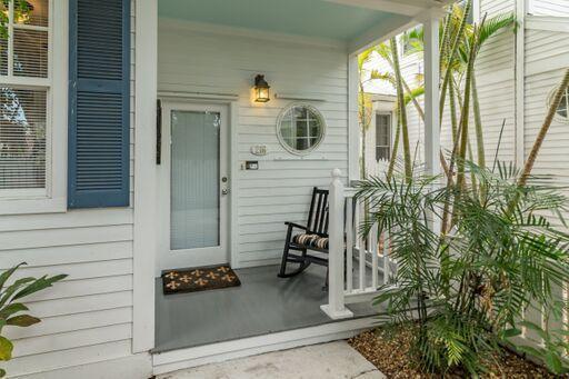 216 entry porch, private entrance