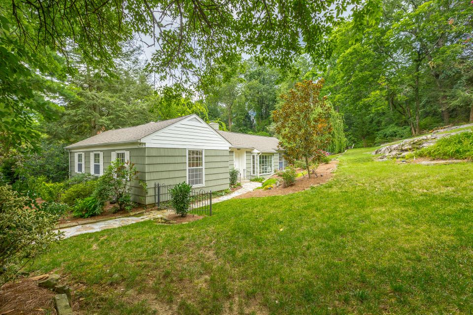 416 N Hermitage Ave, Lookout Mountain, TN 37350