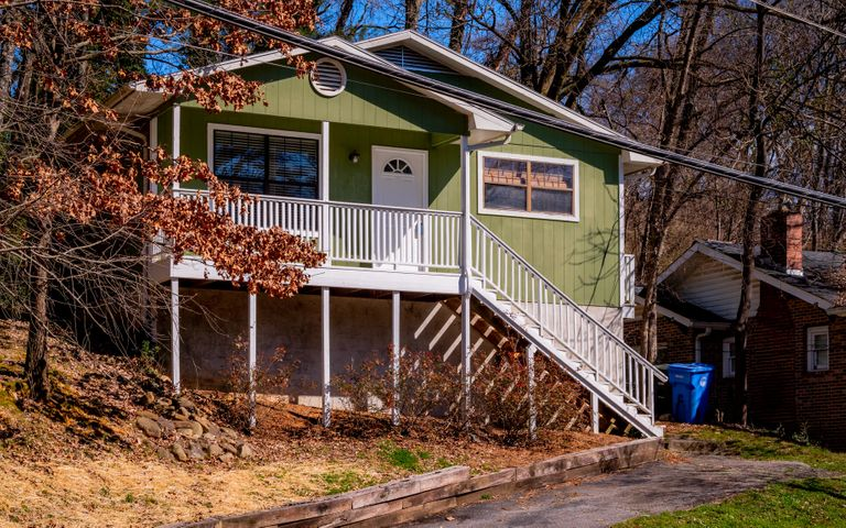 This 2 bedroom, 1 bath home is located just minutes to Downtown Chattanooga