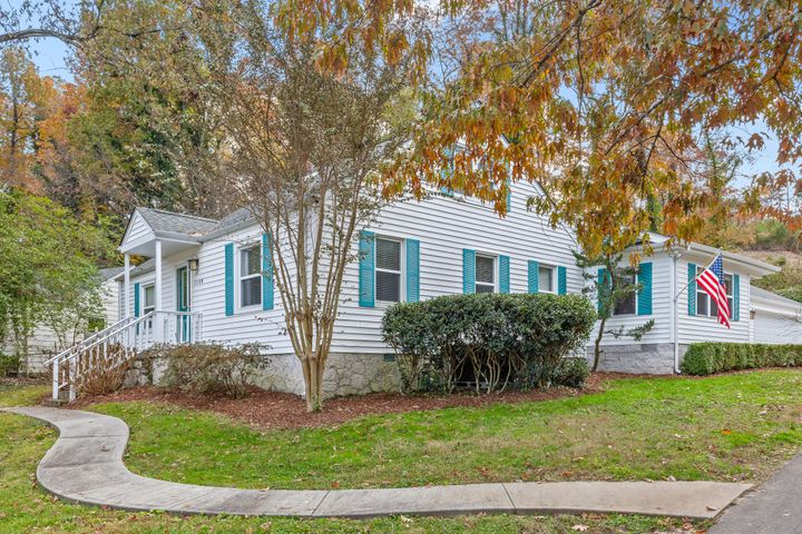 Welcome to 1100 Fernway Circle!