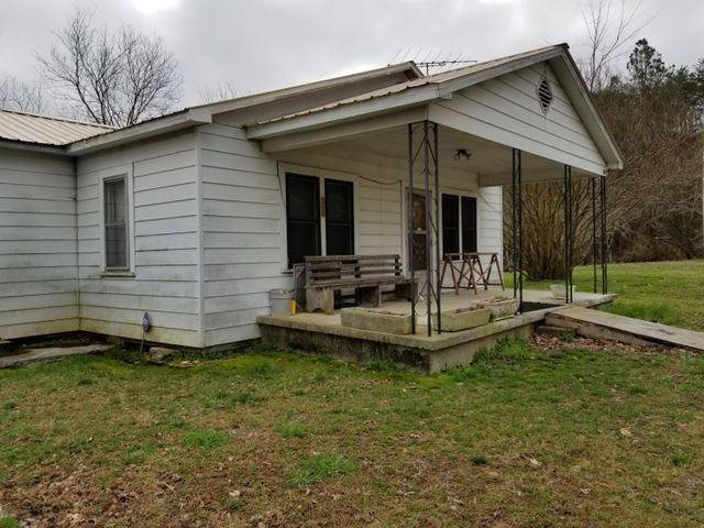 Three bedroom, 1 bath home, 1540 square feet home.  This home is surround by 93 acres surrounded by White Oak Mountain.