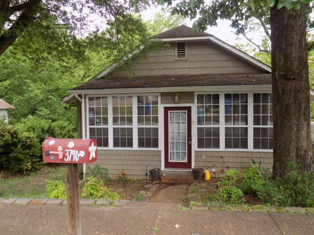 FOR SALE! Best location near downtown Chattanooga! Beautiful hardwood flooring. Office space in addition to 2 bedrooms. Open floor plan with huge kitchen and abundant cabinets. Best location & price in the city