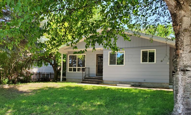 114 EASTVIEW Drive, LARIMORE, ND 58251