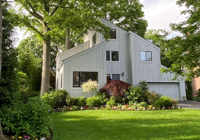13 Old Club House Road, Old Greenwich, CT 06870
