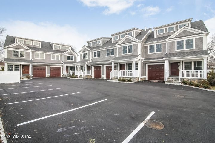 Welcome to Hawthorne Way Unit D in the Glenville neighborhood of Greenwich CT