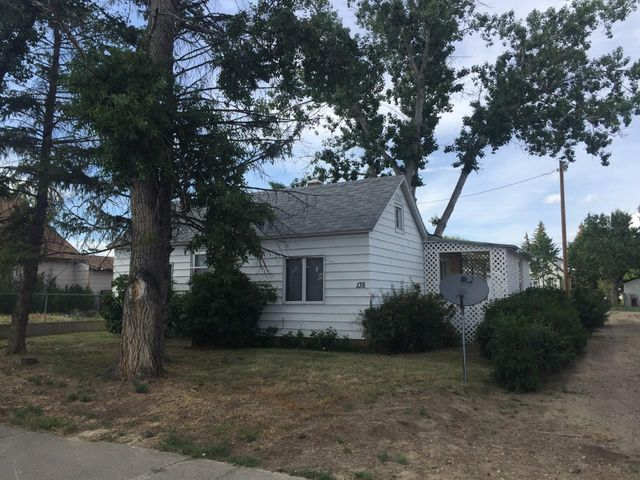 Clean 1 bed 1 bath home located close to the school. Huge garage!