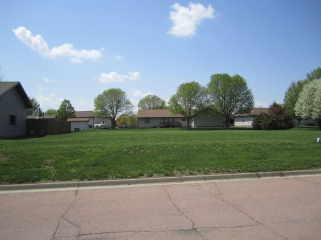 Lawnridge Ave SE, Huron, SD 57350