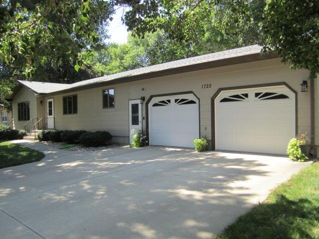 1725 Lawnridge Ave SE, Huron, SD 57350