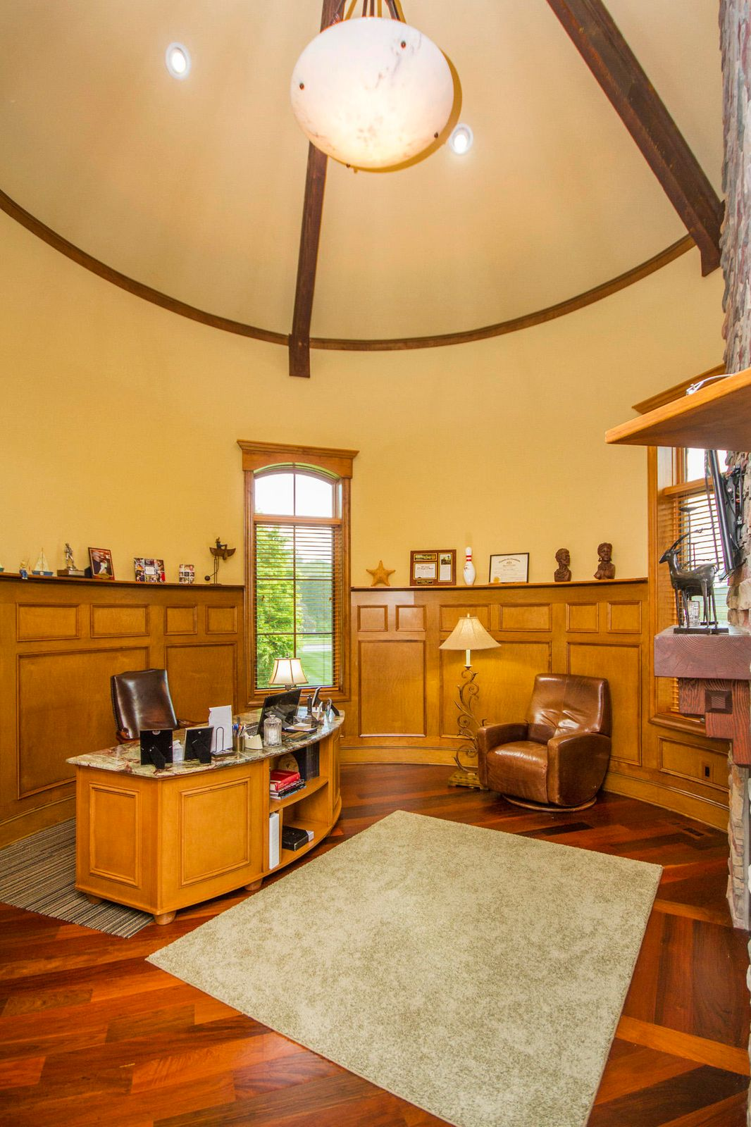 Your Oval Office w/20' Vaulted Ceiling!