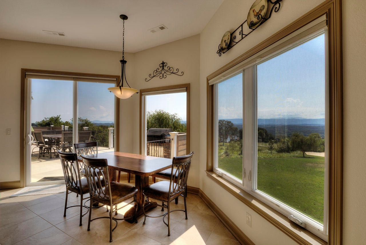 EAT-IN KITCHEN AREA & VIEWS!