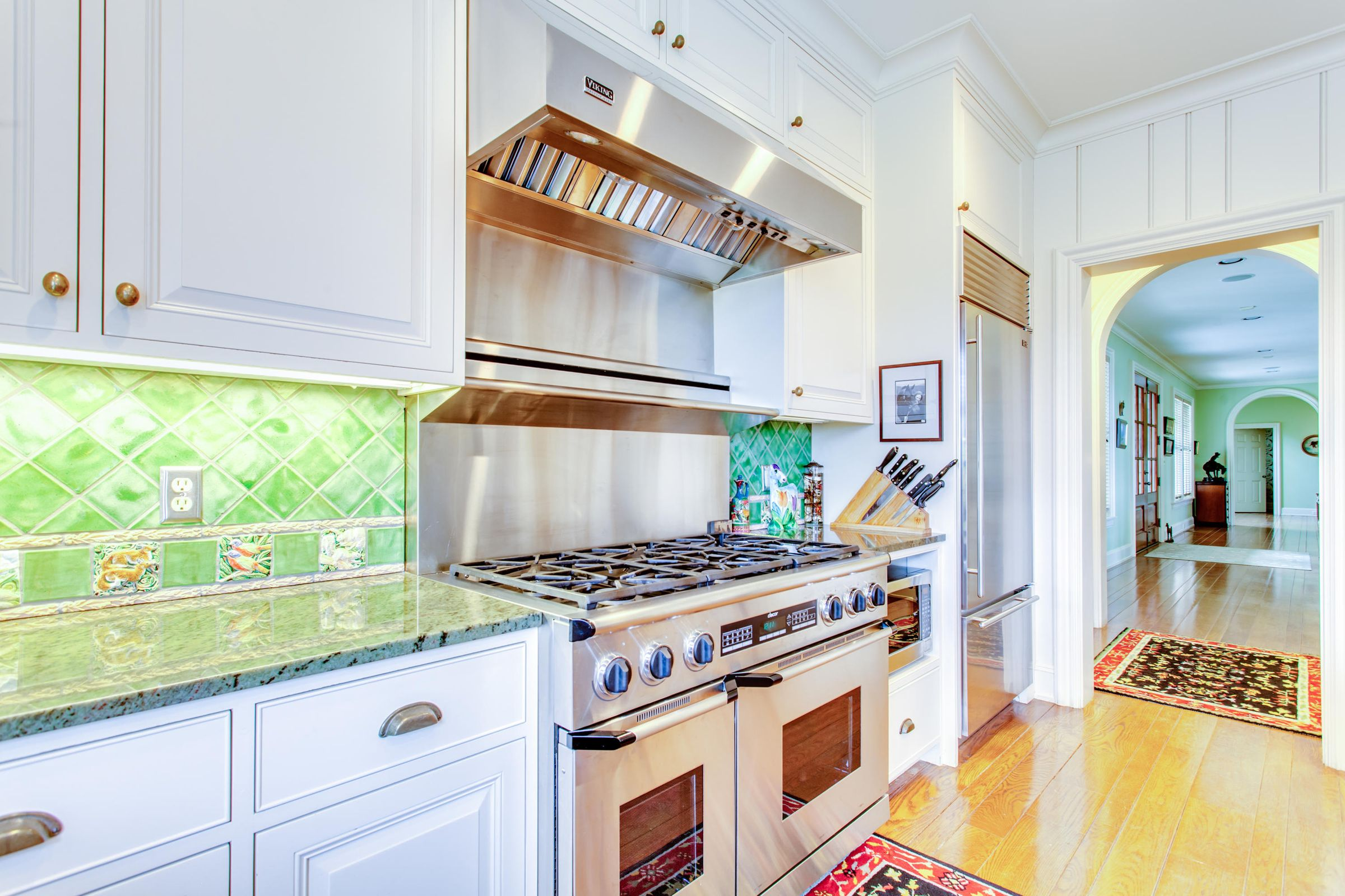 Kitchen to wet bar/butlers pantry