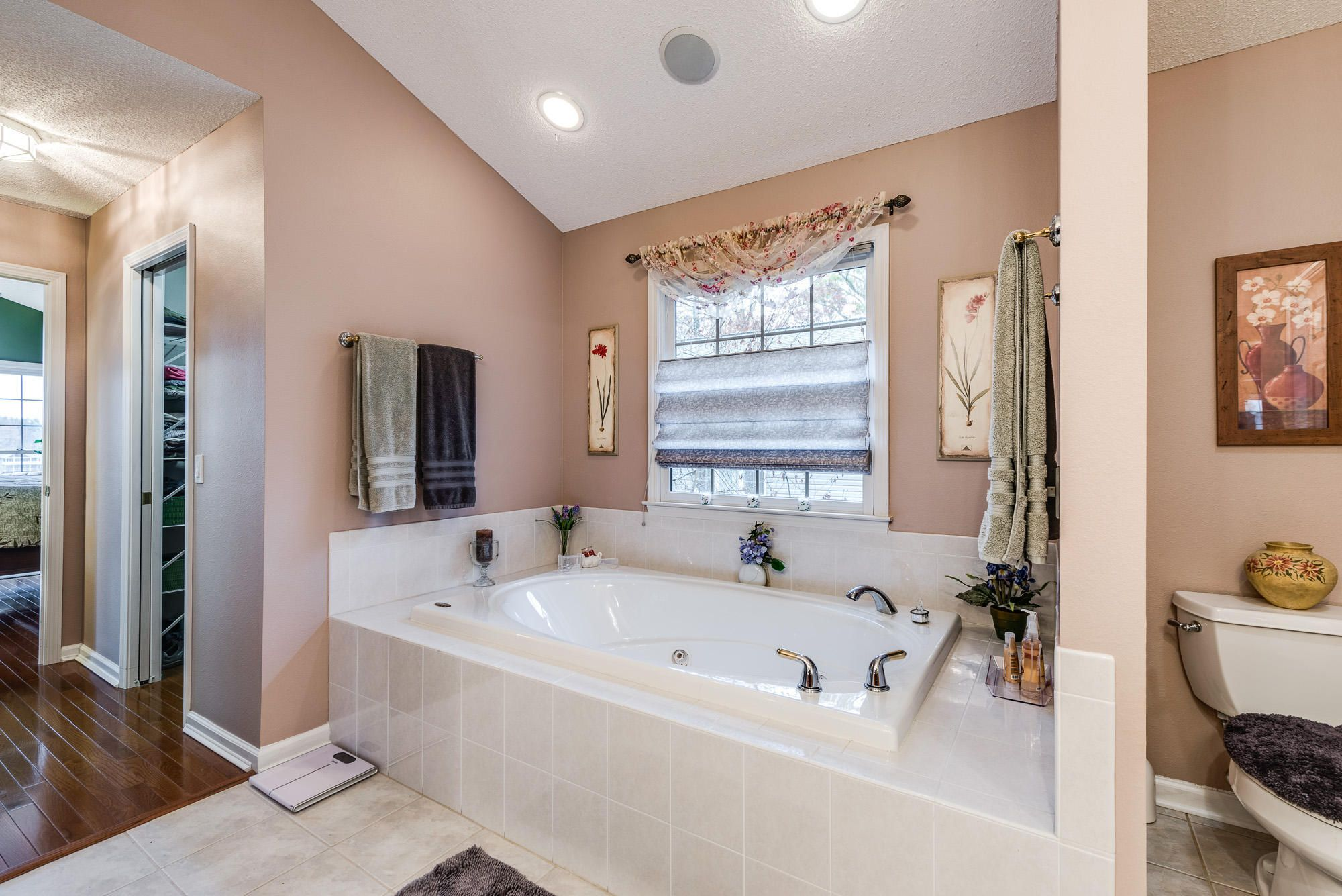 Master Bathroom Jacuzzi Tub-9