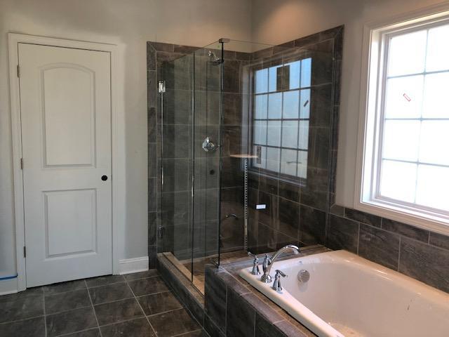 Master bath w/fully tiled shower