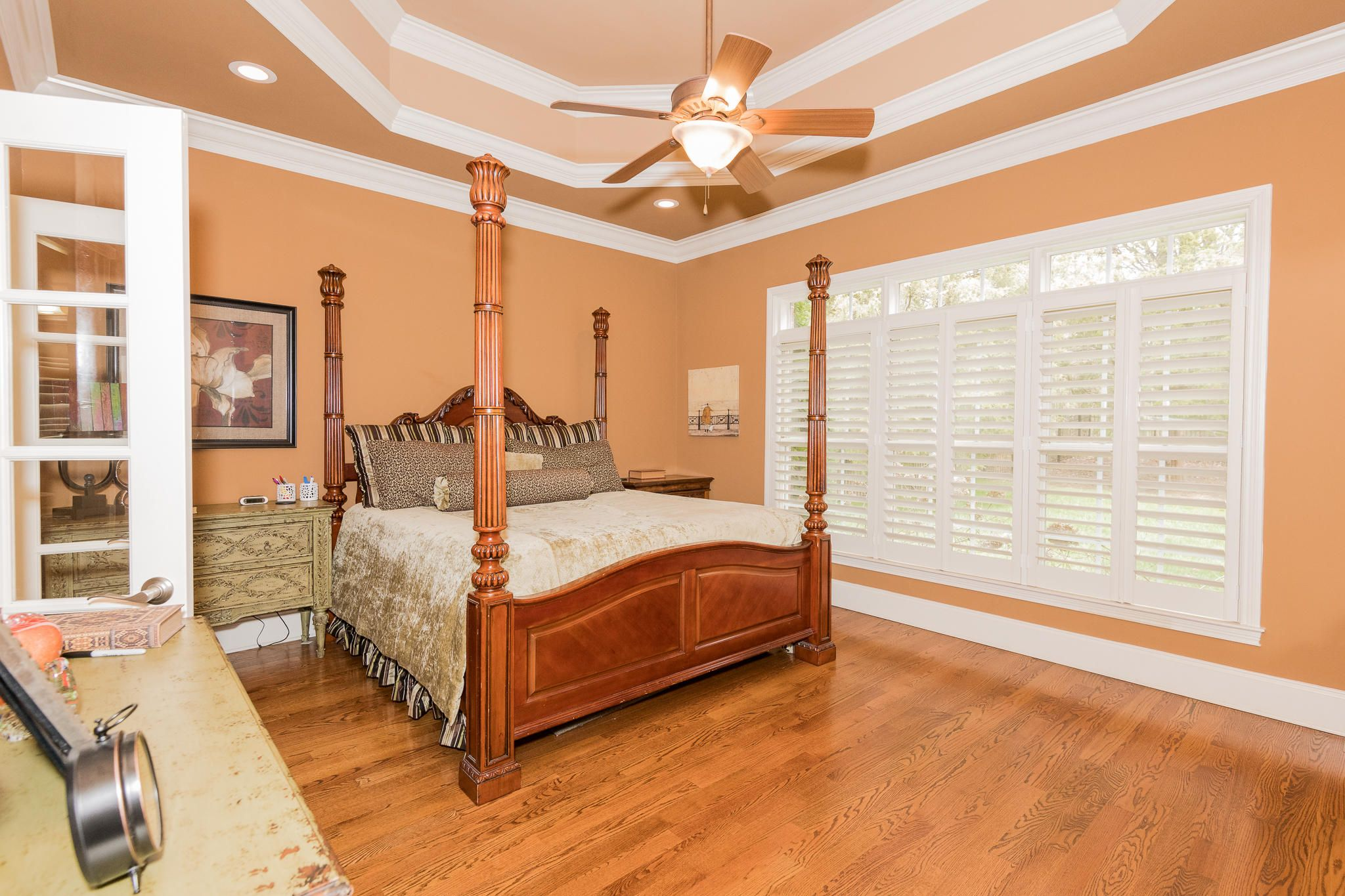 Master bedroom on Main with CA king bed