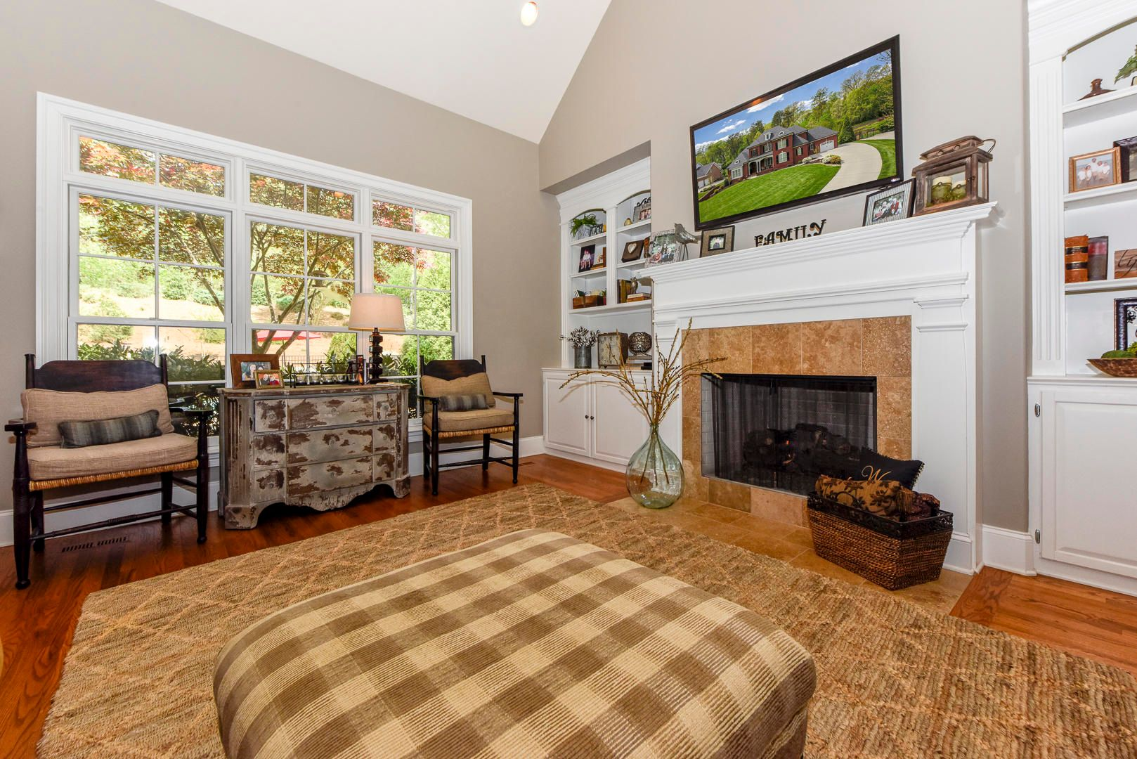 Keeping room with gas fireplace