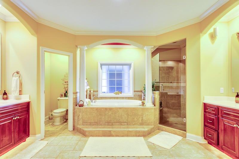 Master Bathroom w/ Whirlpool Tub