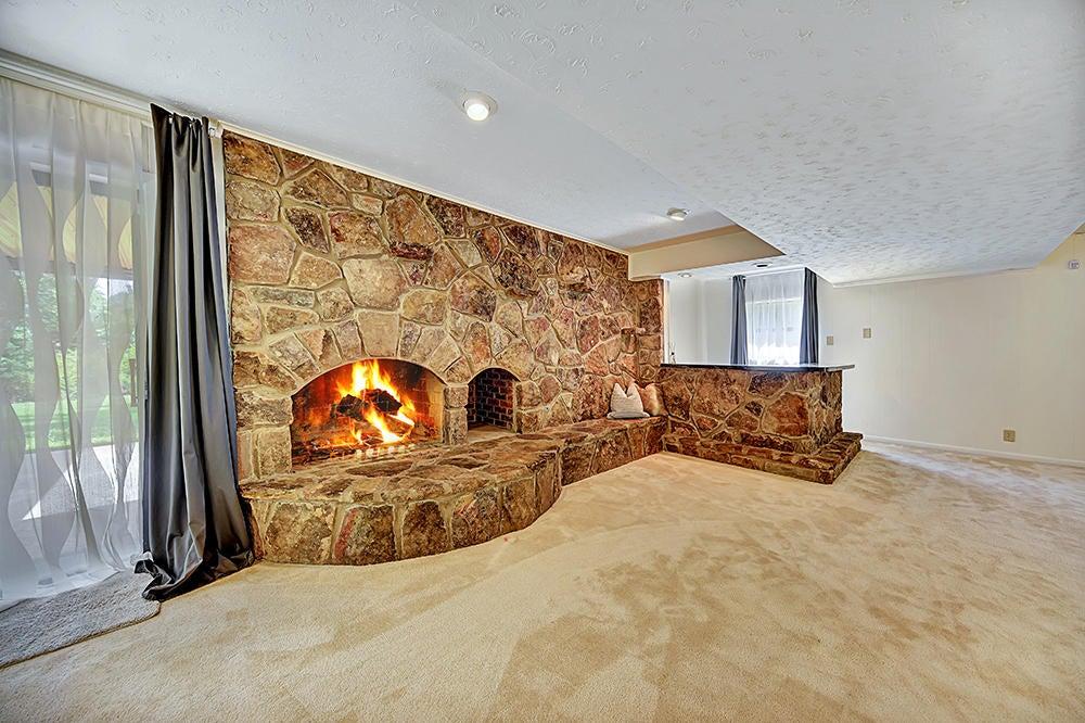 Wood/Gas Burning Fireplace - Lower level