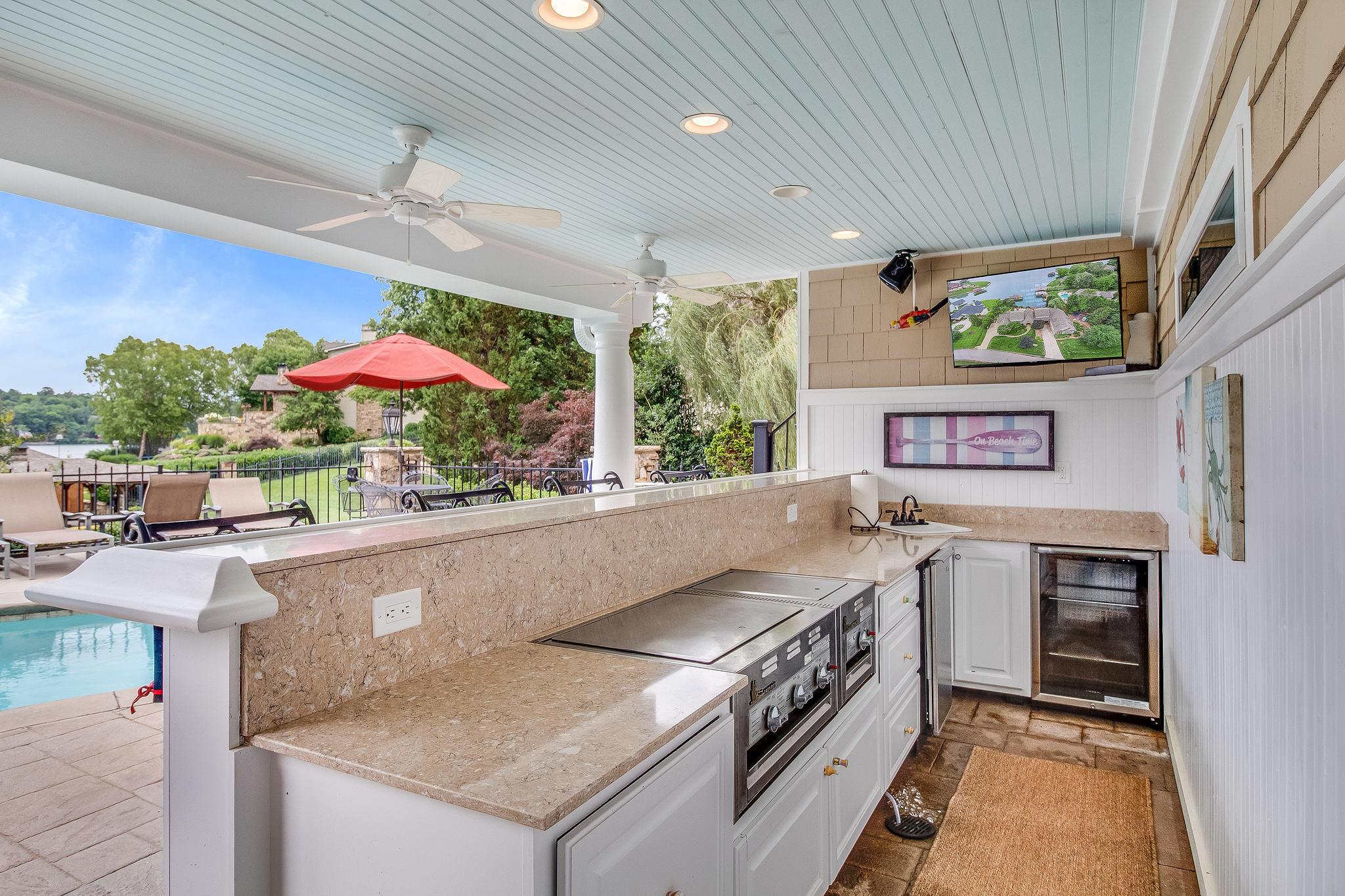 Poolside Bar/Outdoor Kitchen