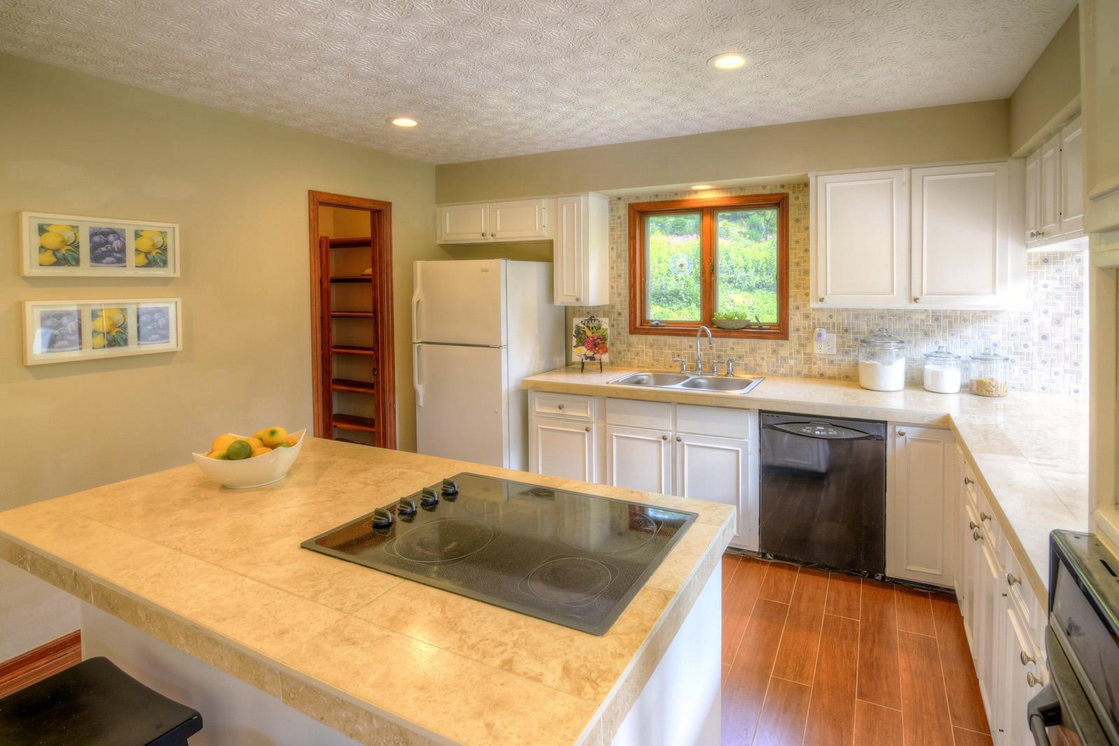 Large Kitchen w/Island
