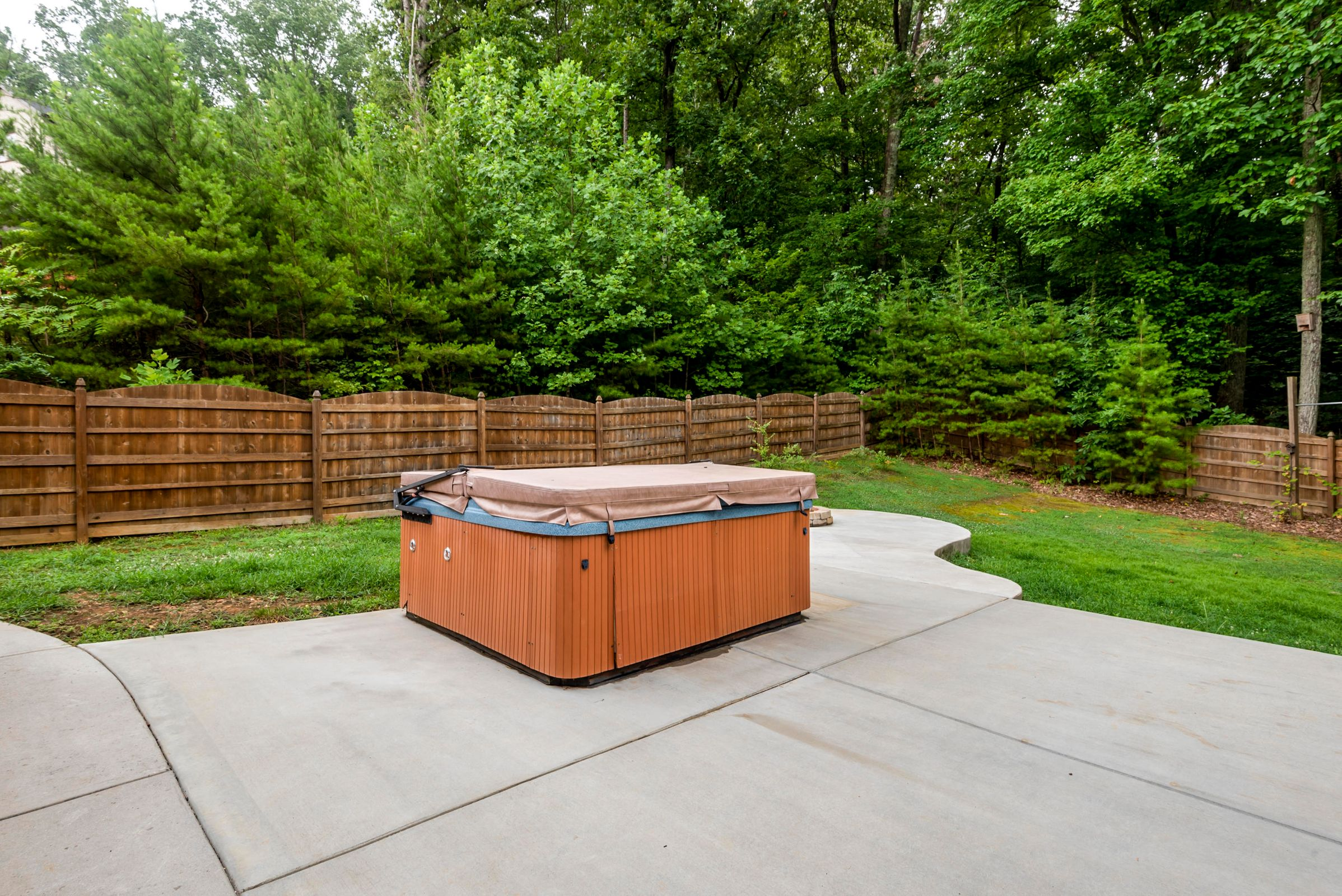 Hot Tub (Stays with House)