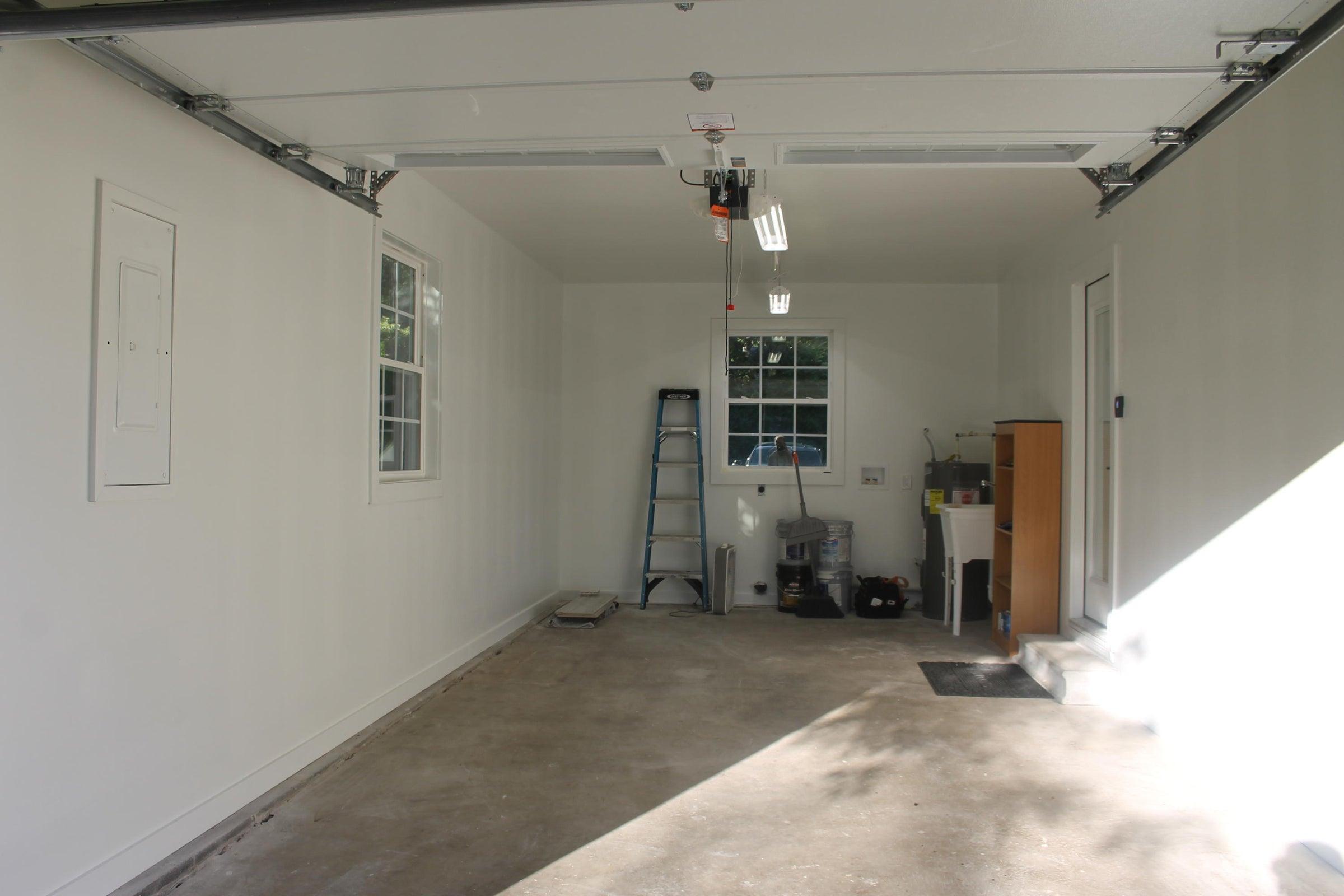 Garage w/ utility sink & W/D hookups