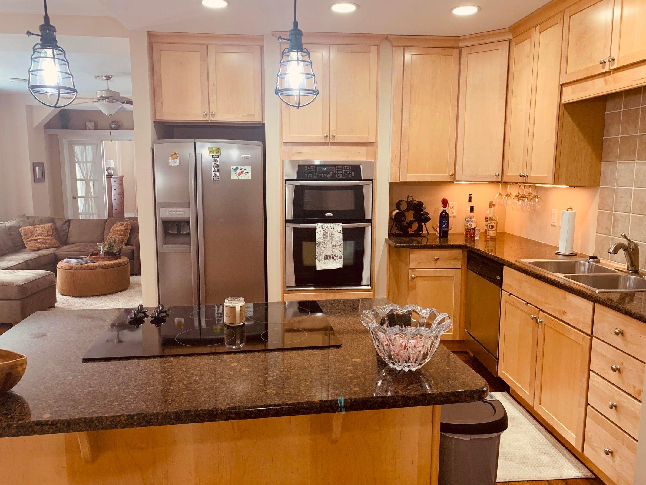 Kitchen w/ Quartz Countertops