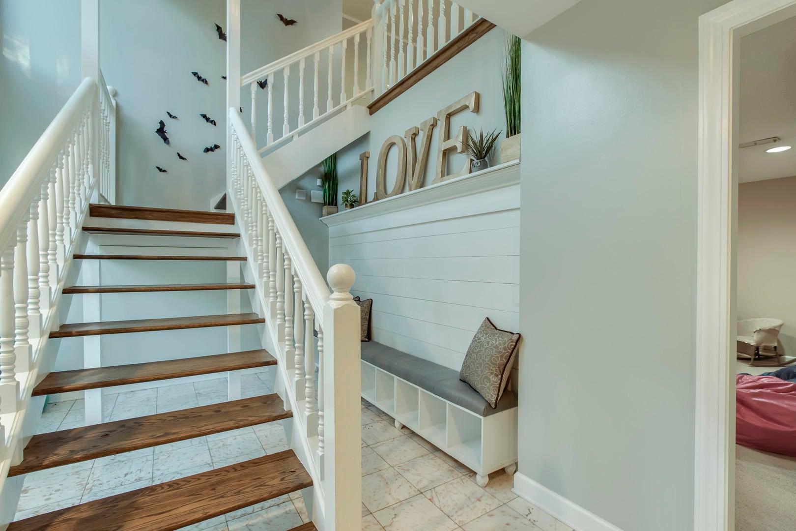 30_OakhurstDriveSW_431_L1-StairsUp02