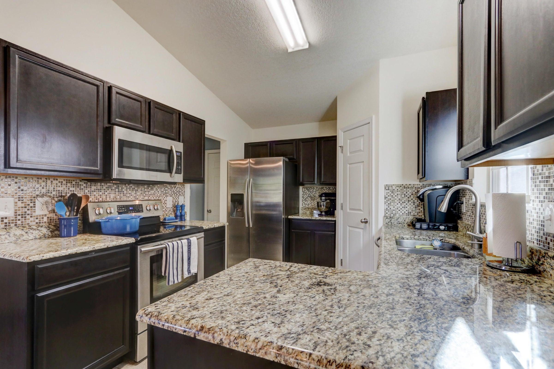 Kitchen w/ Granite/Stainless Appliances