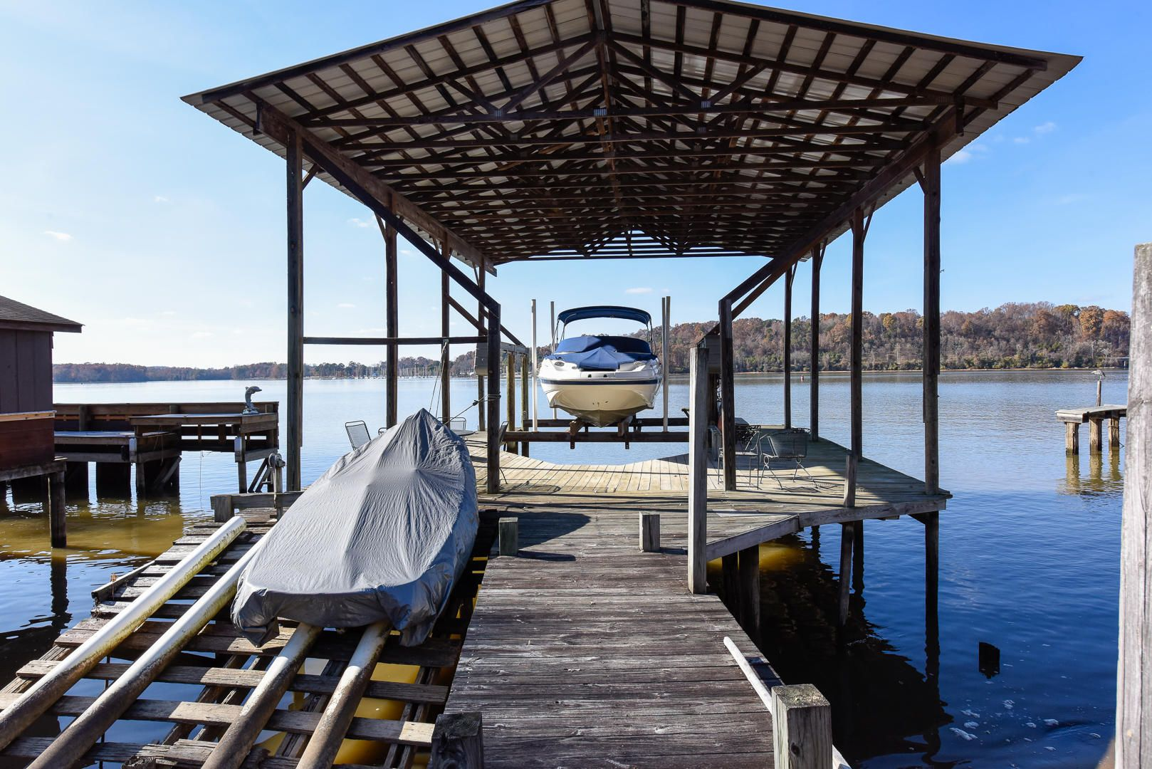 Boat Dock w/powered lift