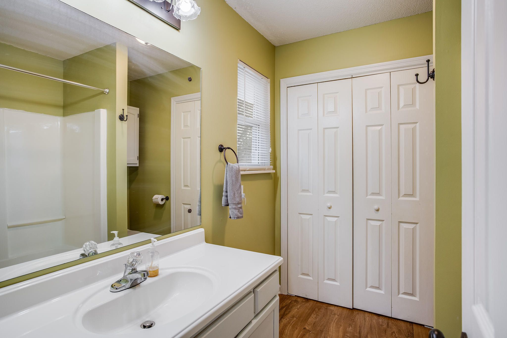 504 Bobolink Rd master bath