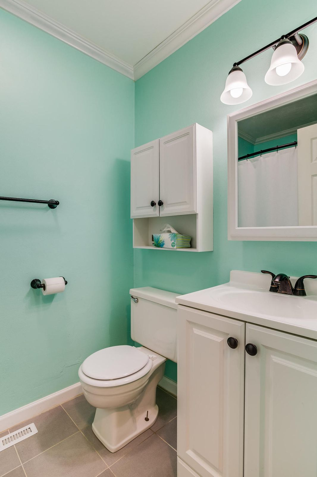 504 Bobolink Rd guest bath